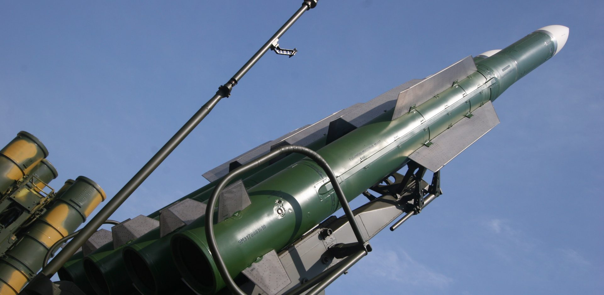 9M317 surface to air missile of Buk-M2E / Jurij Lapitskij (originally posted to Flickr as 9M317) [CC BY-SA 2.0 (http://creativecommons.org/licenses/by-sa/2.0)], via Wikimedia Commons