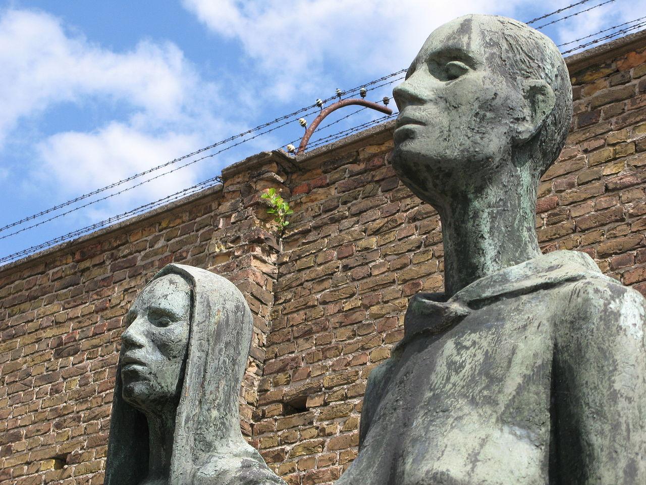 Bronzeplastiken vor der ehemaligen Lagermauer in der Mahn- und Gedenkstätte Ravensbrück im ehemaligen KZ Ravensbrück, Deutschland, Nina Volare