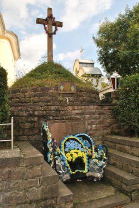 Могила жертв сталінських репресій біля Покровської церкви в Бучачі, photo by Mykola Vasylechko