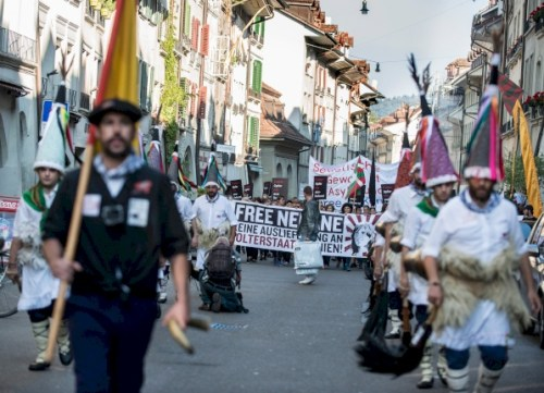 Im Kostüm baskischer Karnevalsvorboten: Solidaritätsdemonstration für Nekane Txapartegi am 24. September in Bern. FOTO: FRANZISKA ROTHENBÜHLER
