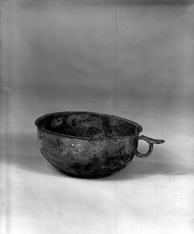 Photo, Bronze handled cup. Tang dynasty, 618–907., Diam: 13.2 cm. (5 3/16 in.) Singer catalogue number: [1375].