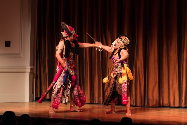 Classical Javanese masked dance: The Story of Gunungsari and Klana, performed by Maeny and Pamardi. Photo by Hutomo Wicaksono