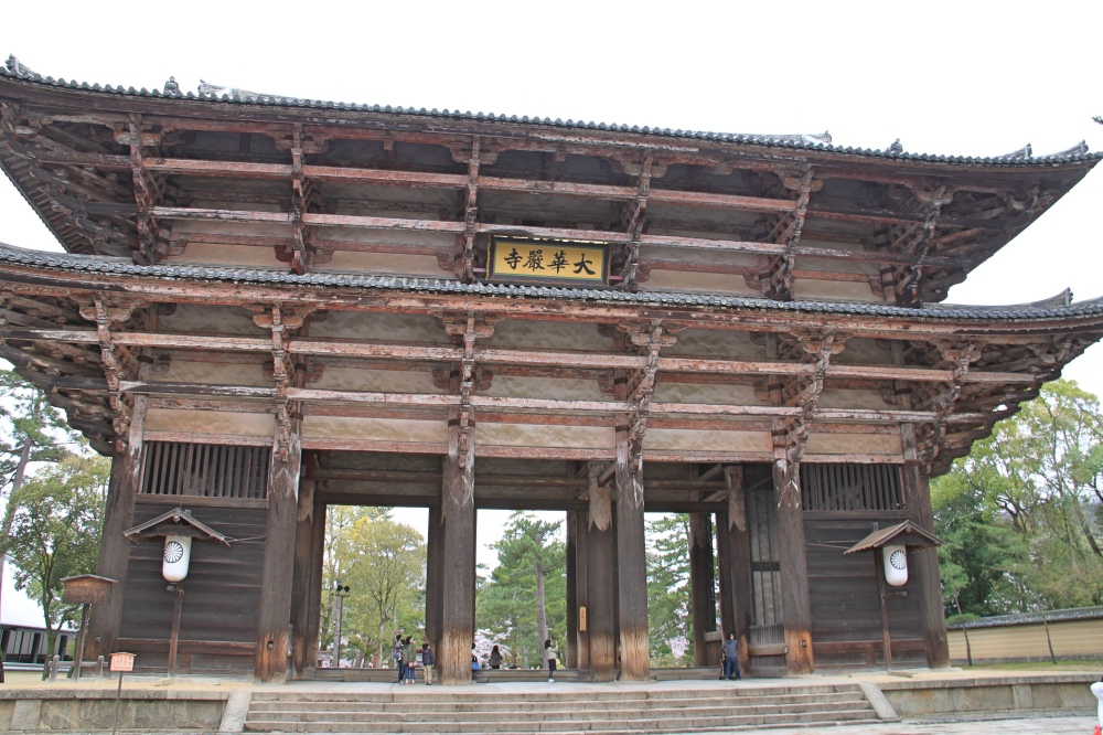 The main gate to Todai-ji temple.