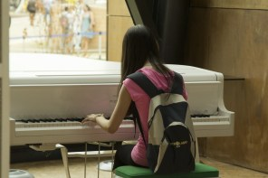 Girl_playing_white_grand_piano_-_EXPO_2015_Milan_(2015-07-13_10.44.44_by_Luca_Nebuloni)