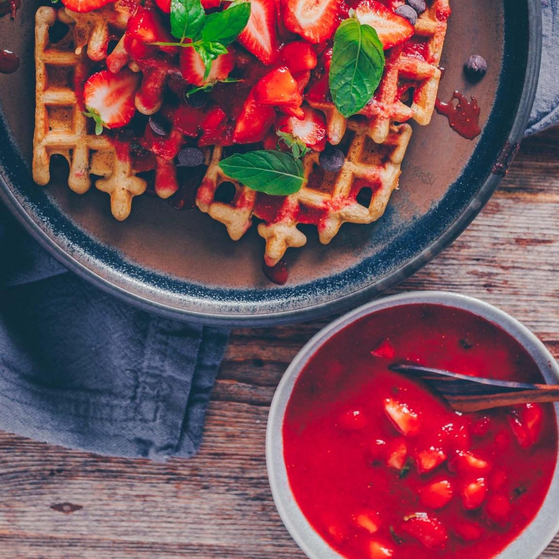 vegane Waffeln mit Erdbeere-Minz-Kompott