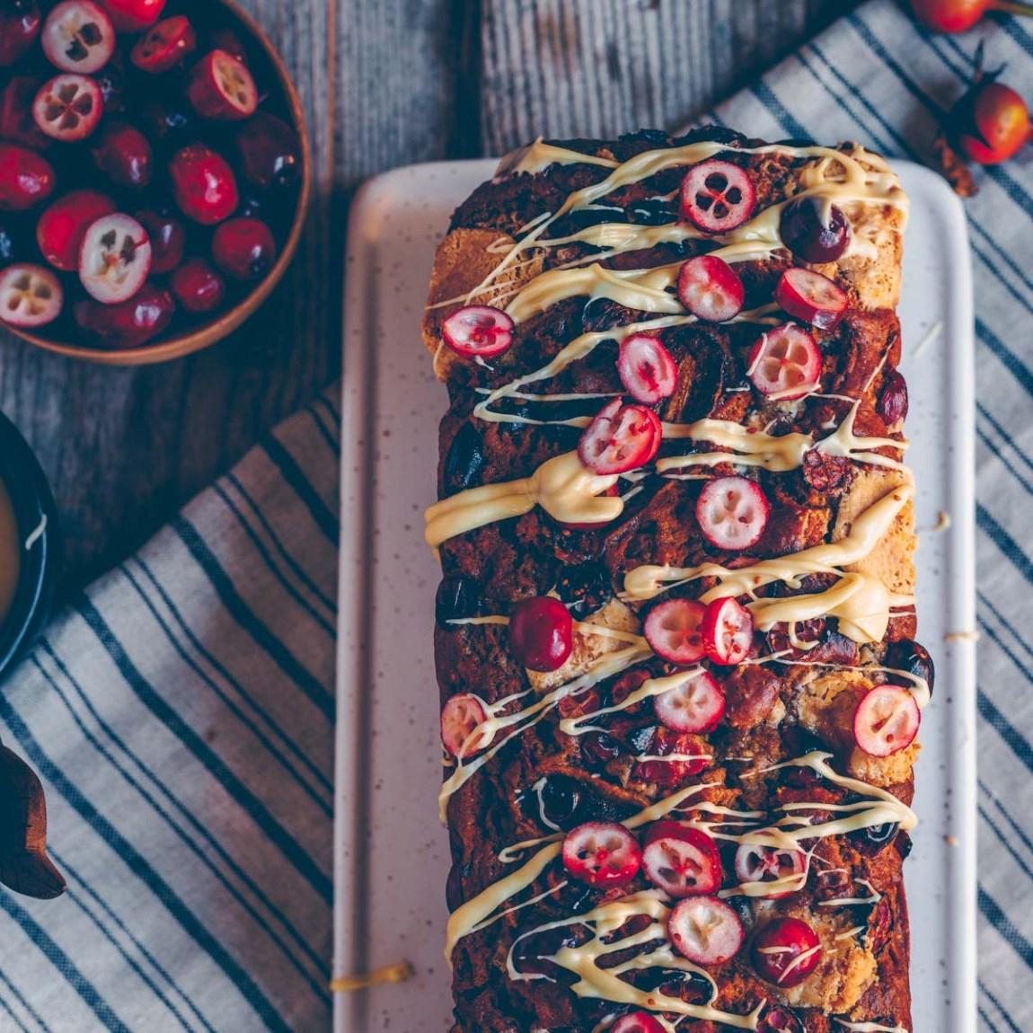 Bananenbrot mit Cranberries und weisser Schokolade