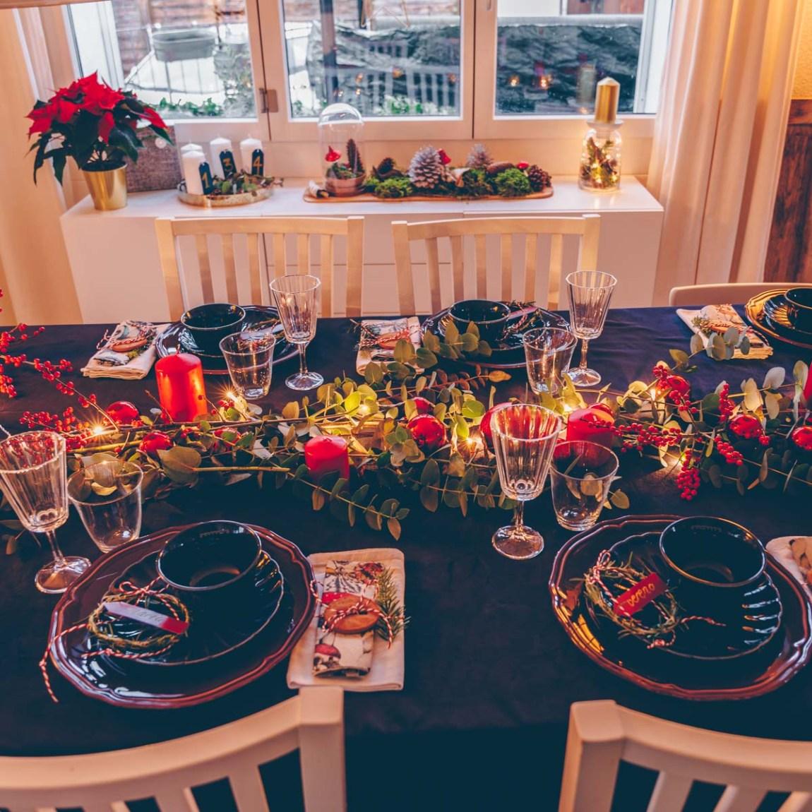 Festlicher Weihnachtstisch in rot gold