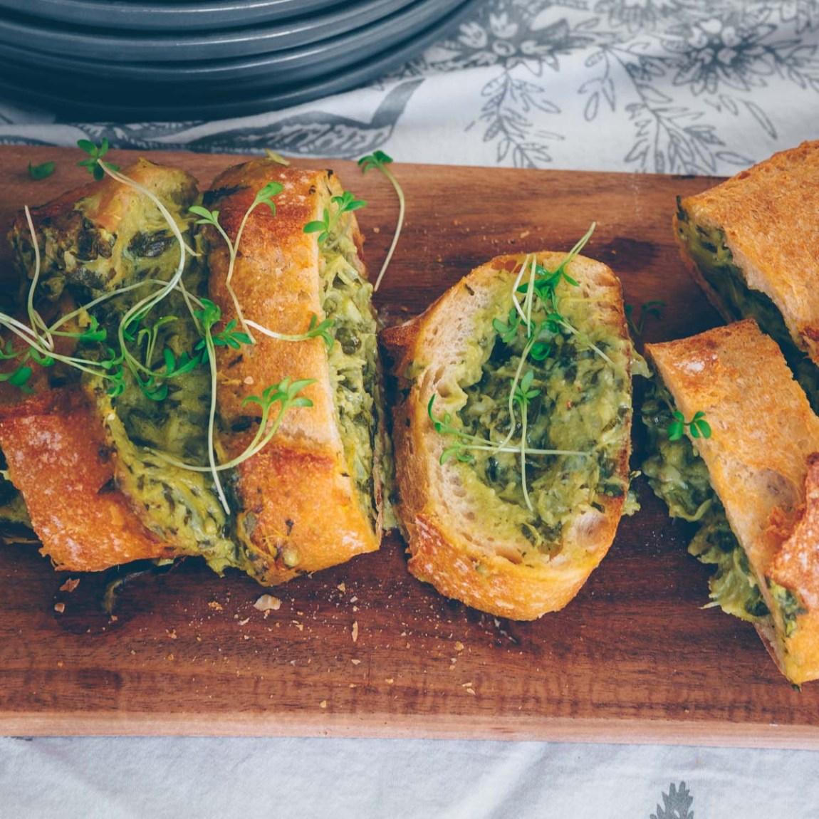 Gefülltes Baguette mit Spinat und Artischocke