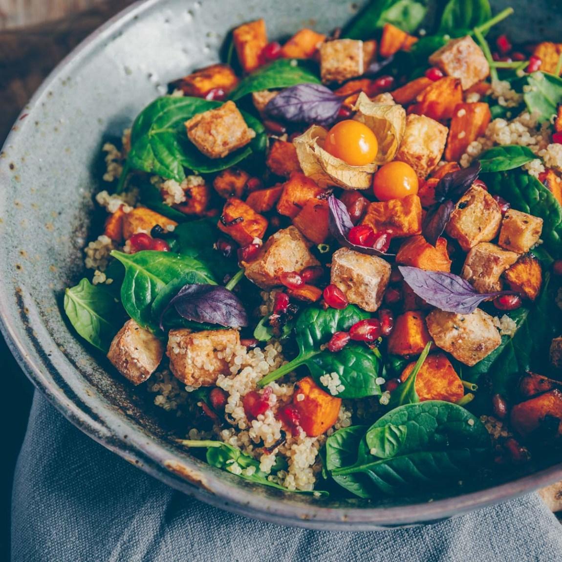 Bunter Salat mit Süsskartoffel, Tofu und Quinoa