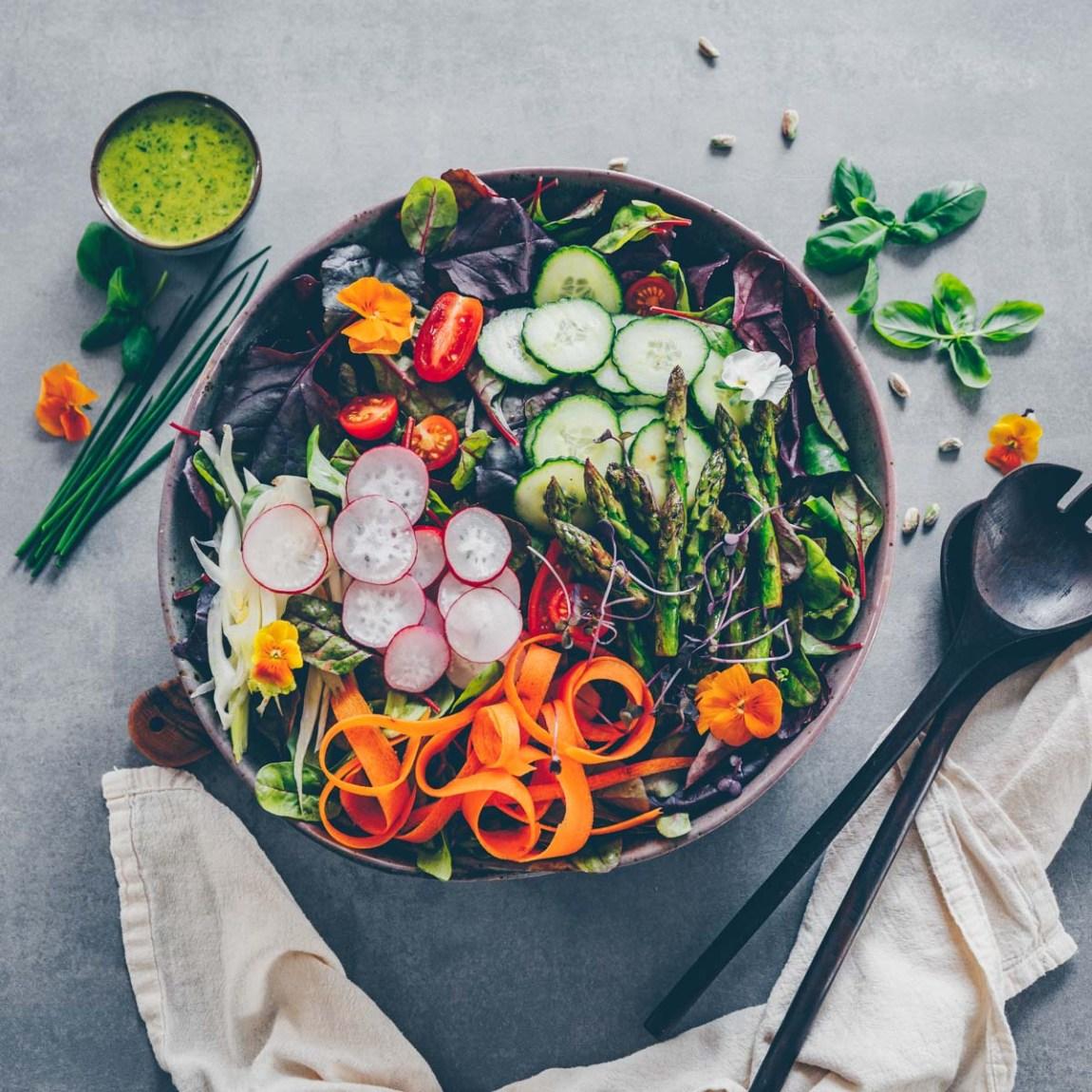 Frühlings-Salat und Tofu mit Pistazienkruste