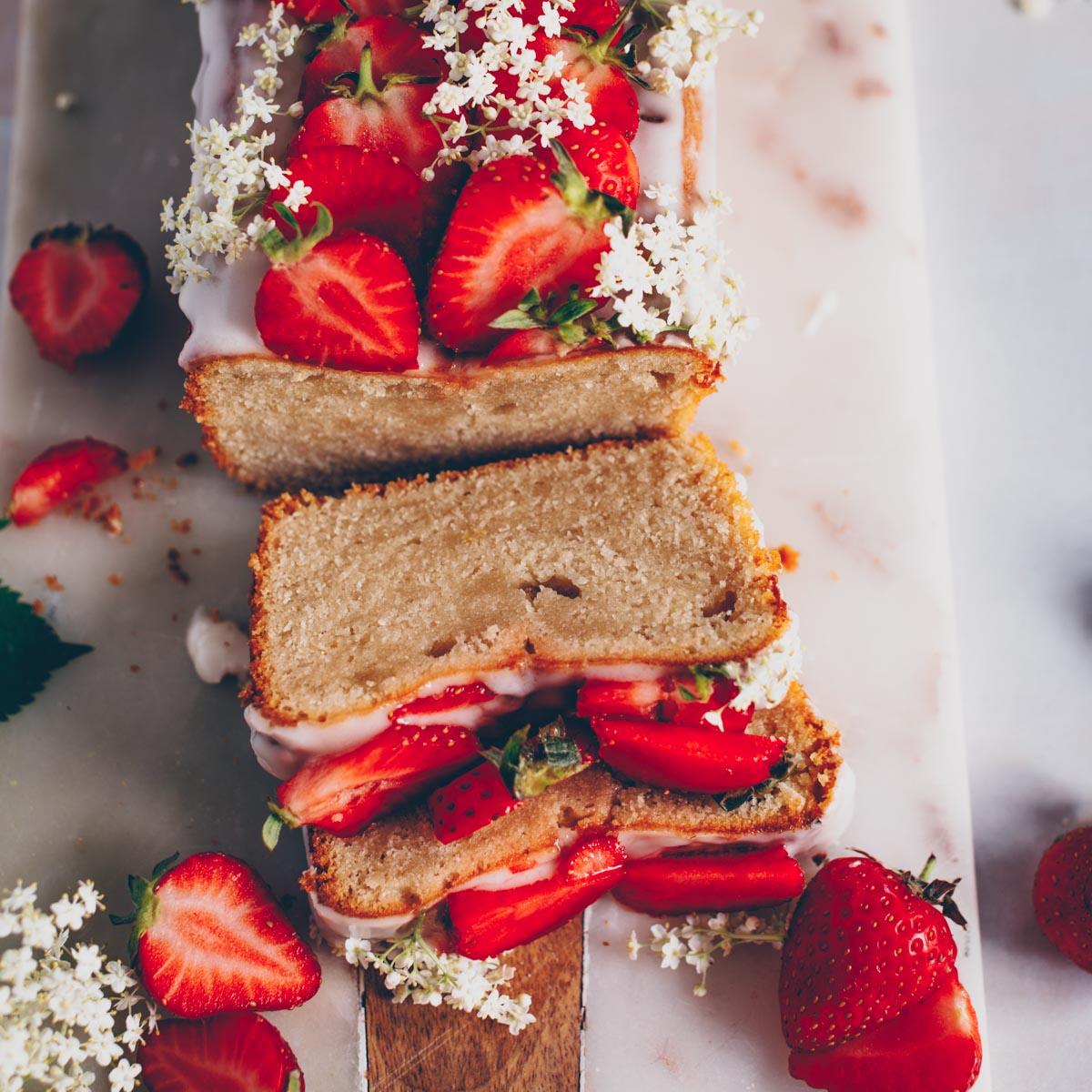 veganer Zitronenkuchen mit Erdbeeren