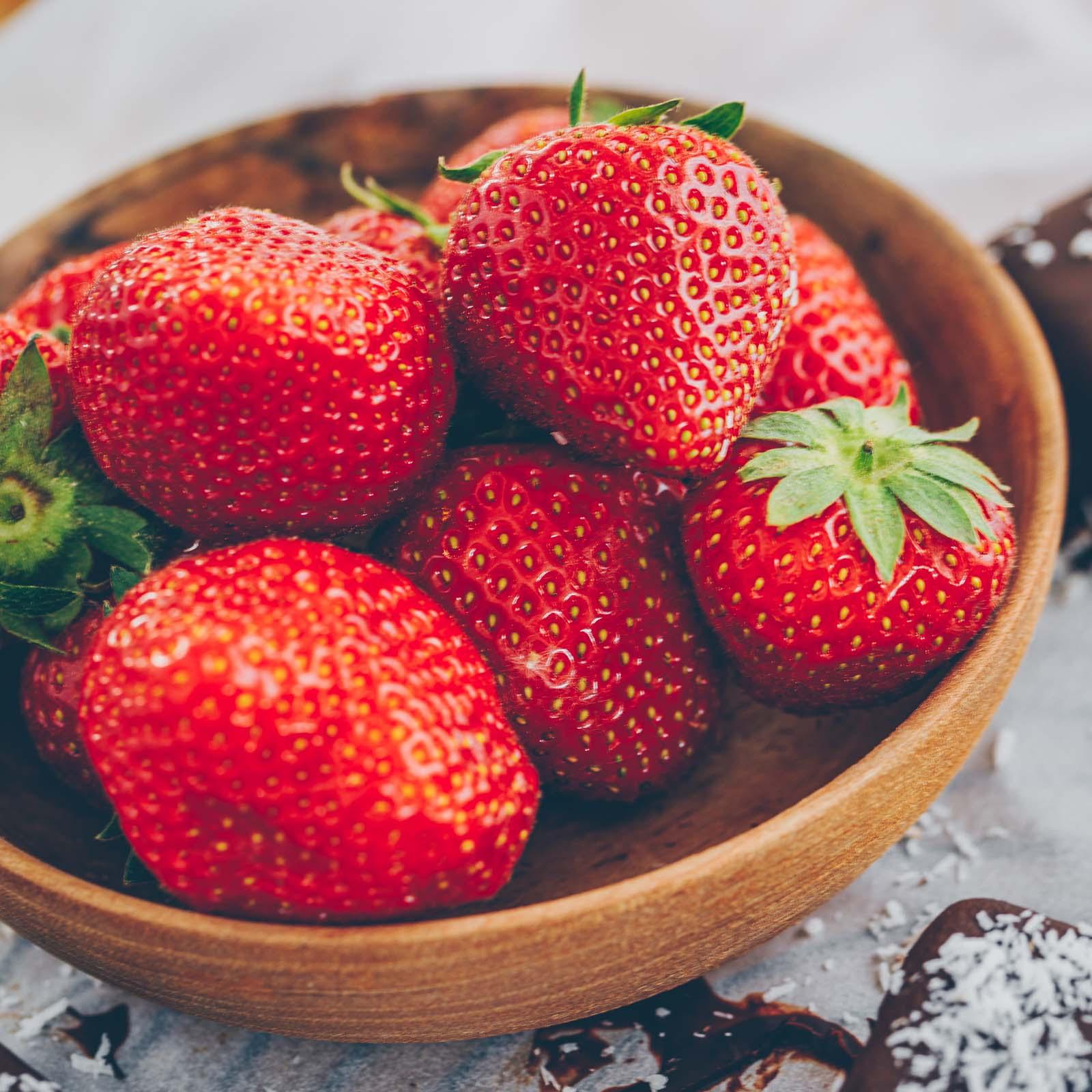 Vegane Erdbeer-Kokos Eispralinen