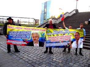 Andrej Hunko mit Plakaten für die Befreiung von Julian Assange und Jorge Glas