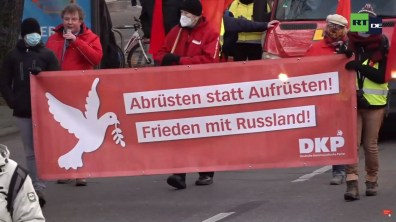 DKP-Vorsitzender Patrik Köbele protestiert gegen die Polizeigewalt gegen Demonstranten