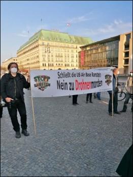 Teilnehmer der Kundgebung gegen die Air Base Ramstein