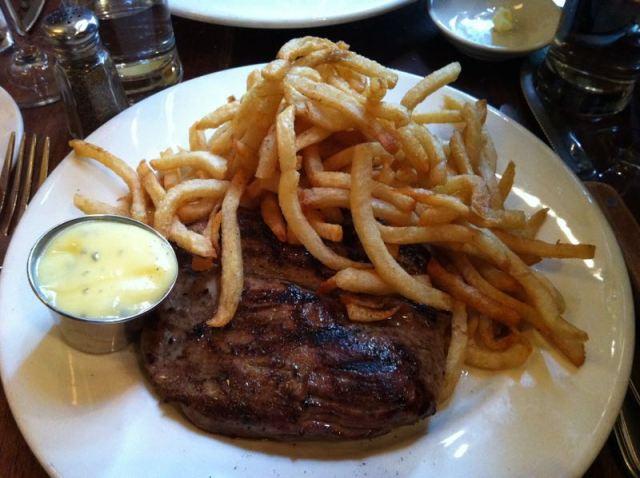 Steak frites et sauce béarnaise no Balthazar