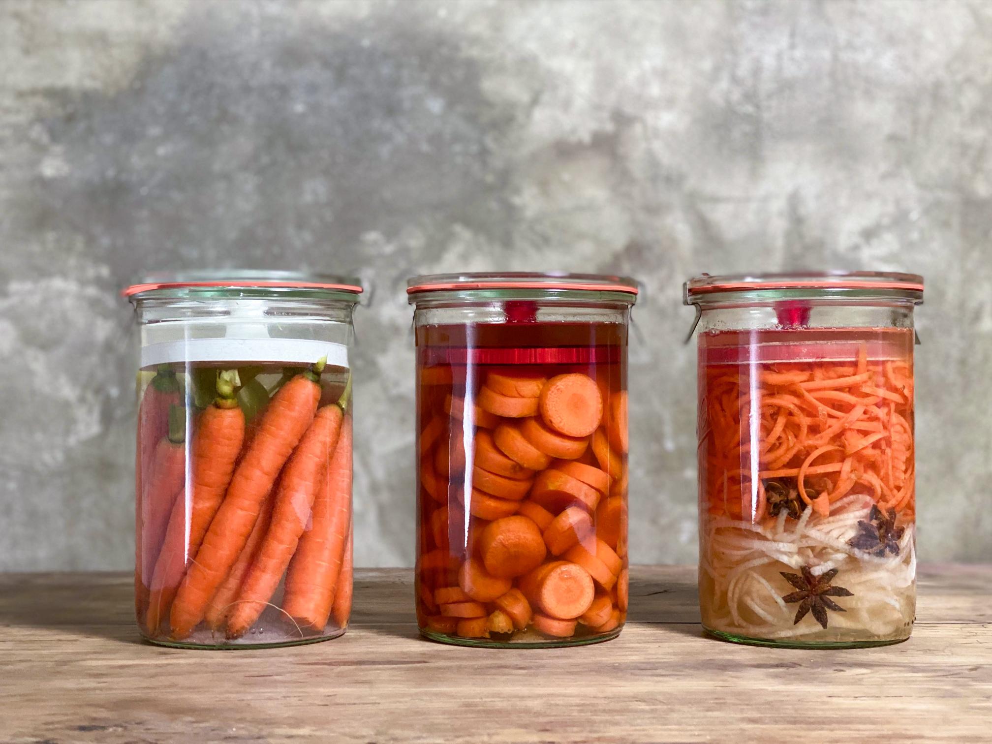 Fermentiere Karotten Möhren. Drei Variationen. Karotten im Ganzen fermentiert, Karottenscheiben in Gemüsebrühe mit Kurkuma fermentiert und Karotten-Bierrettich-Nudel mit Sternanis fermentiert.