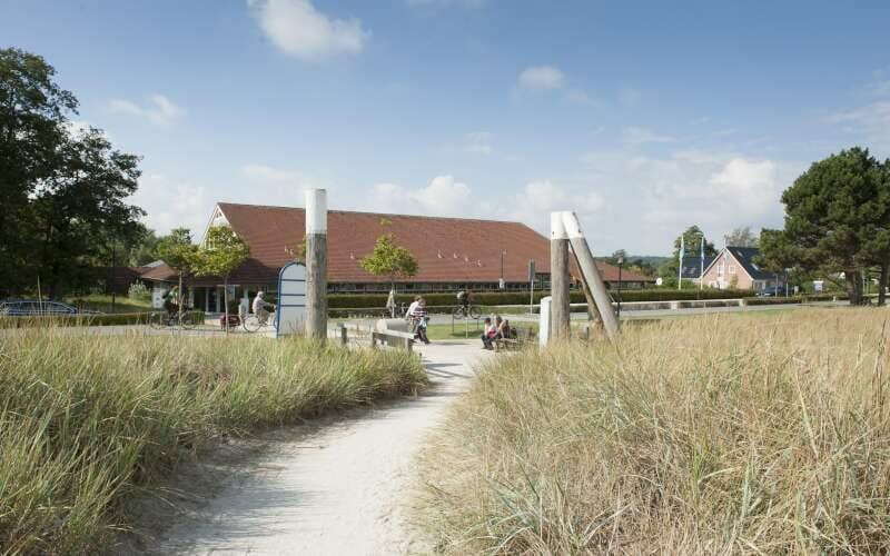 Blick auf einen Weg, der zum Eingang der Jugendherberge Scharbeutz an der Ostsee führt