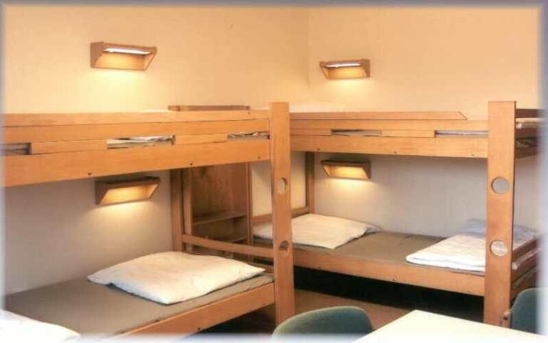 Blick auf mehrere Hochbetten eines Mehrbettzimmers in der Jugendherberge Scharbeutz an der Ostsee