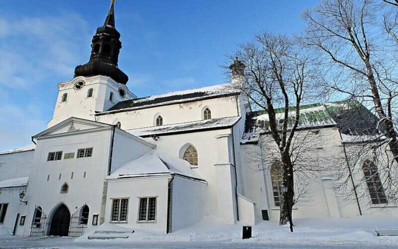 Tallinner Domkirche Fassade im Winter