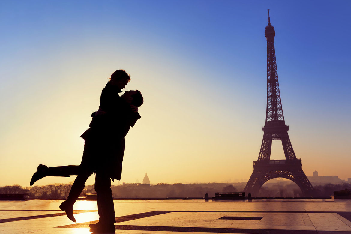 French don't date - couple Eiffel tower - Paris