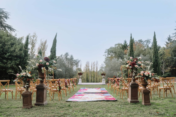Chaises et allée moquettée dans le jardin du Château Lacanaud en Dordogne France