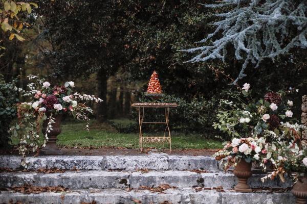 Croquembouche français traditionnel en haut des marches du jardin du château lacanaud