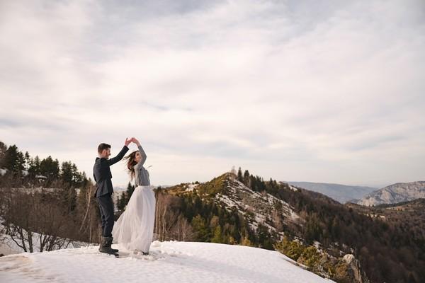 Couple Photoshoot dans les Pyrénées Montagne Snow