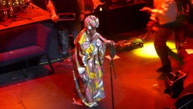 "Lauryn Hill Remixes Drake's ""Nice For What"" Live at the Apollo"