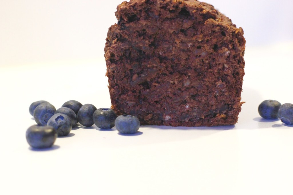 schoko-bananenkuchen-mit-blaubeeren-rezept1