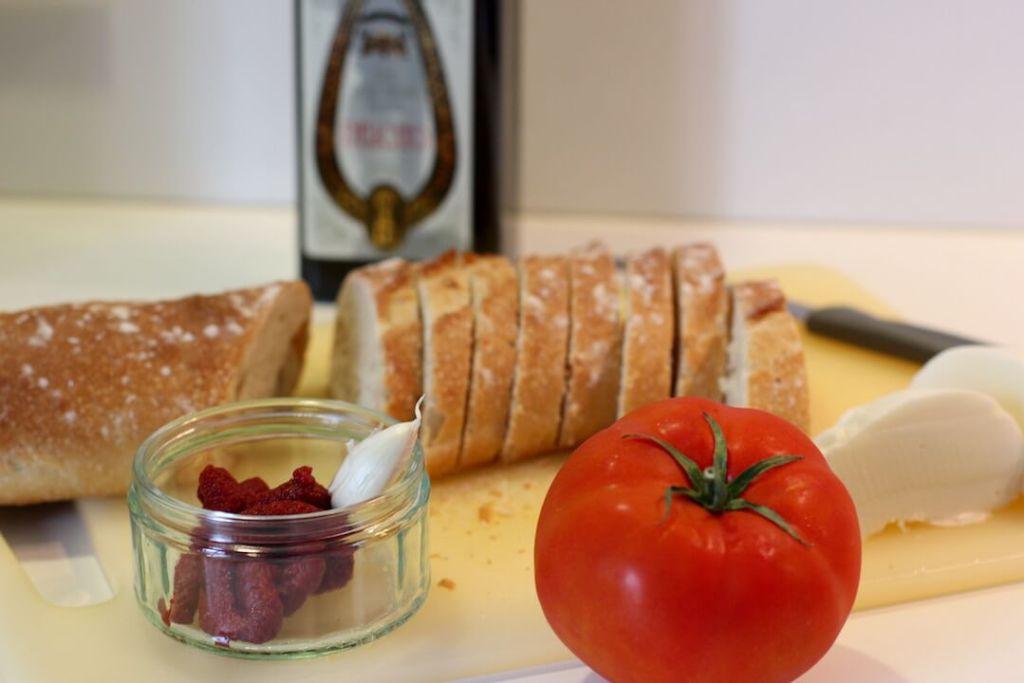 zutaten-bruschetta-mit-tomate-und-mozarella-rezept