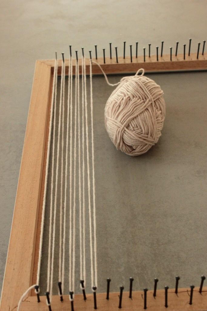 Webrahmen und Wandteppich weben