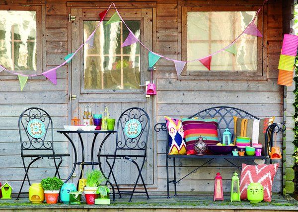 Colourful accessories for outdoor living and dining