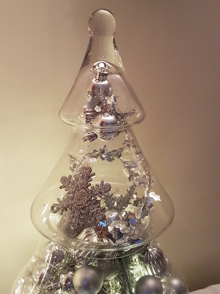 Lovely idea for styling a glass Christmas tree jar with a metallic silver theme