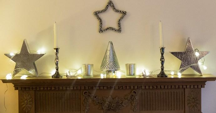 e stylish and minimal Christmas mantlepiece decoration idea