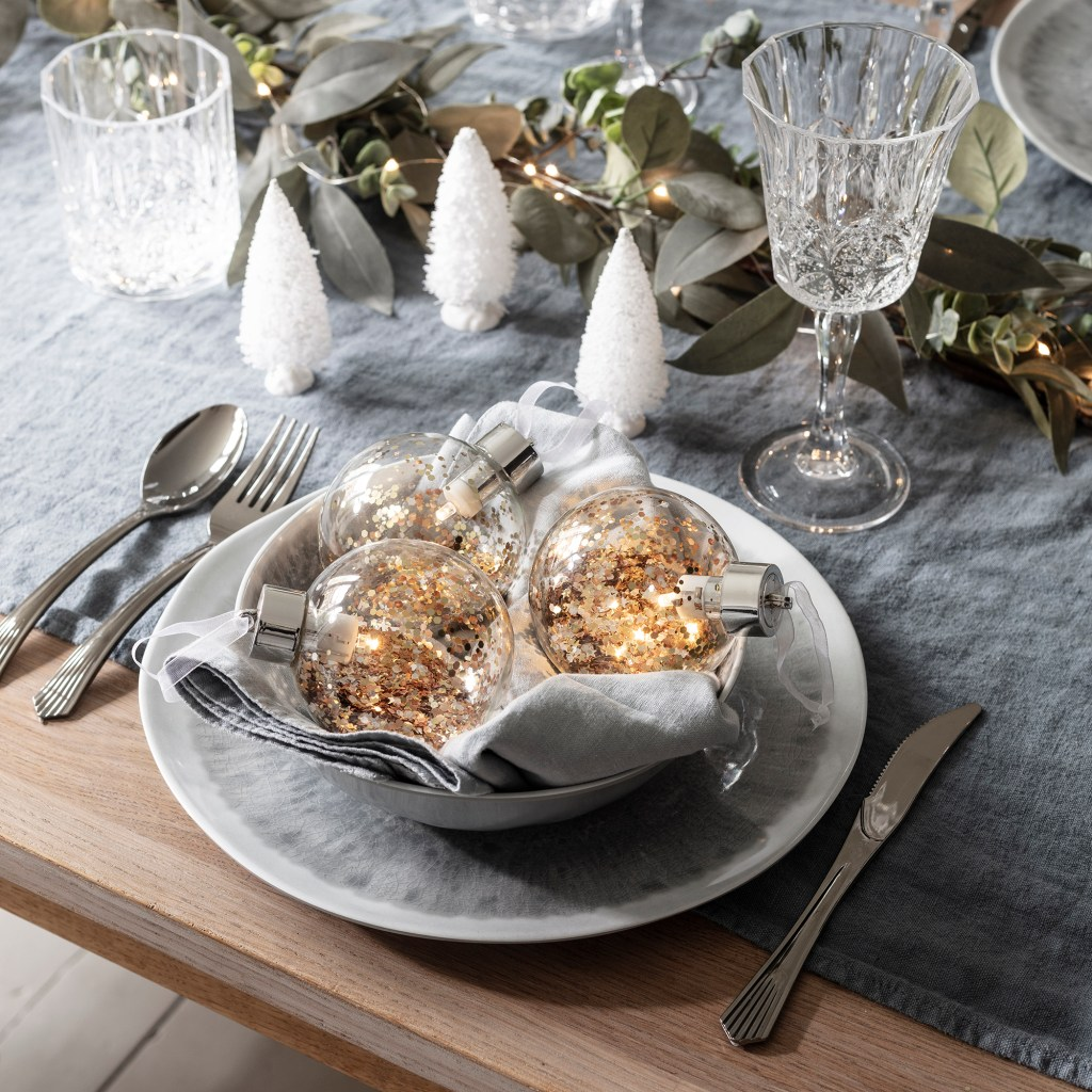 Merry metallics festive Christmas dining table colour scheme