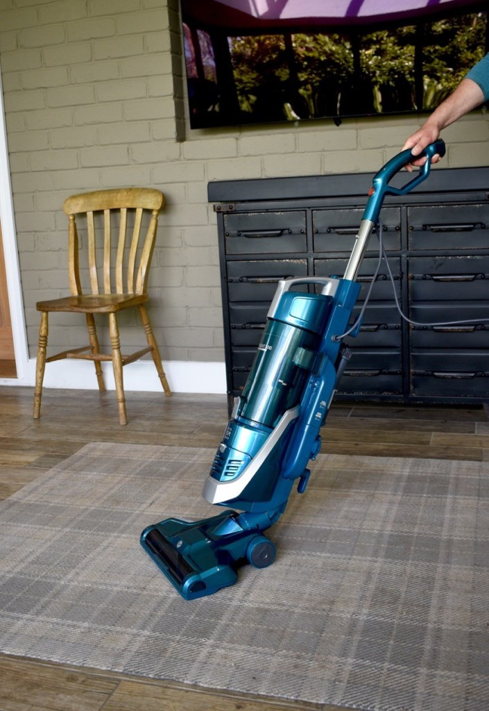 Hoover H-UPRIGHT 500 Reach vacuum cleaner in action