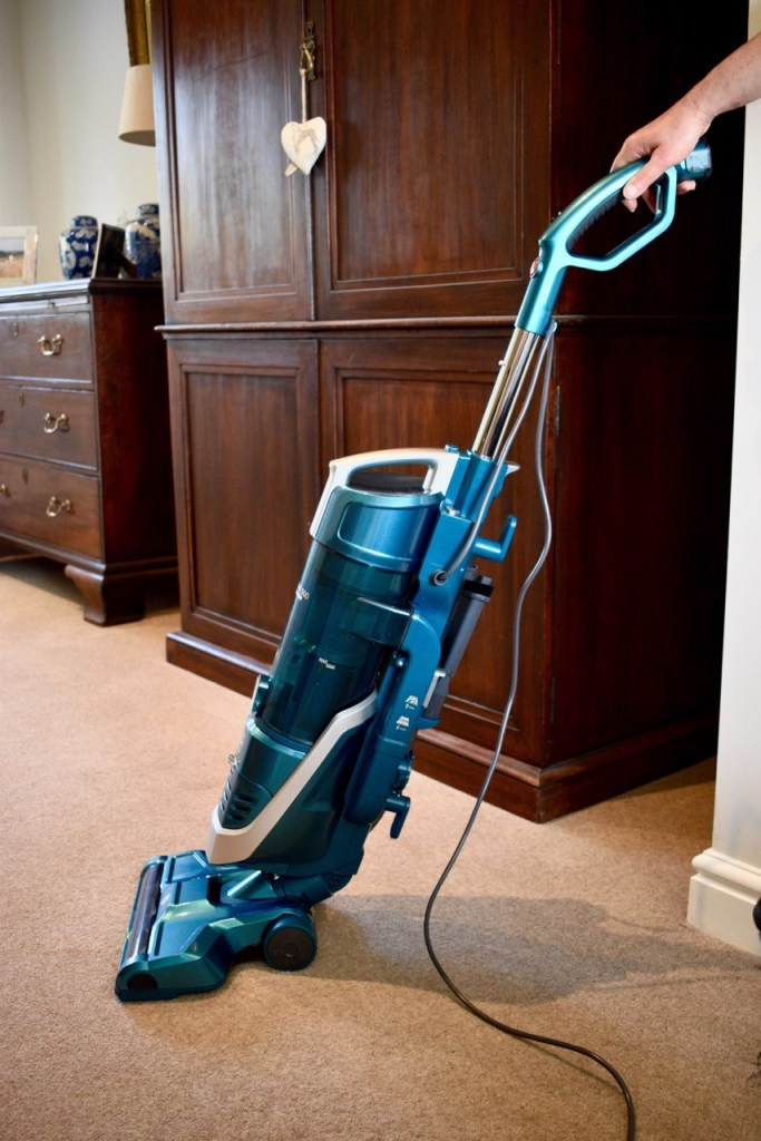 H-UPRIGHT 500 Reach vacuum cleaner from Hoover in action