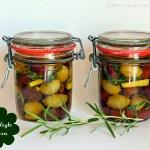 Eingelegte Oliven mit Rosmarin, Thymian und Zitrone