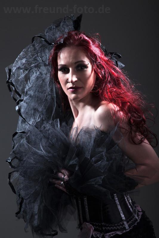 Rothaarige Frau im sexy Burlesque Outfit