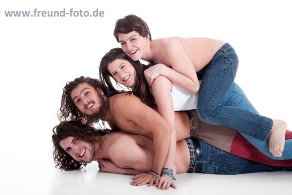 Glückliche Familie fröhlich aufeinander gestapelt