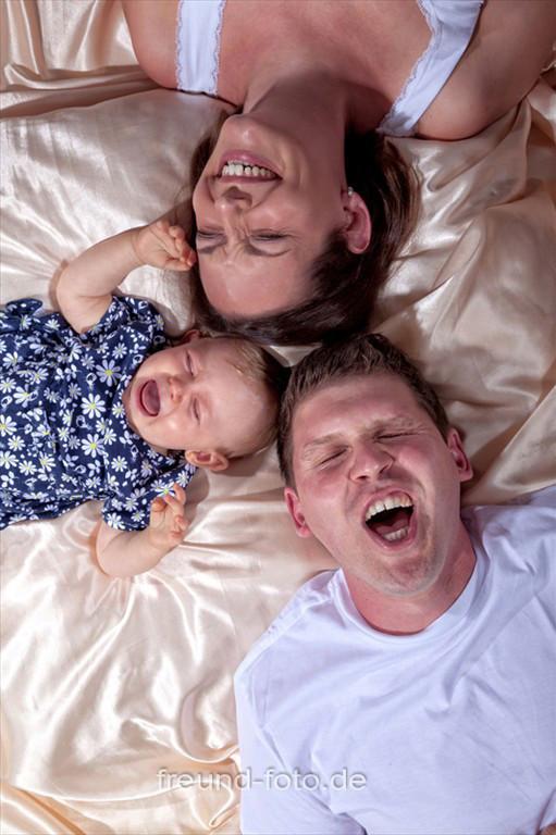 Familie liegt am Boden und alle schreien