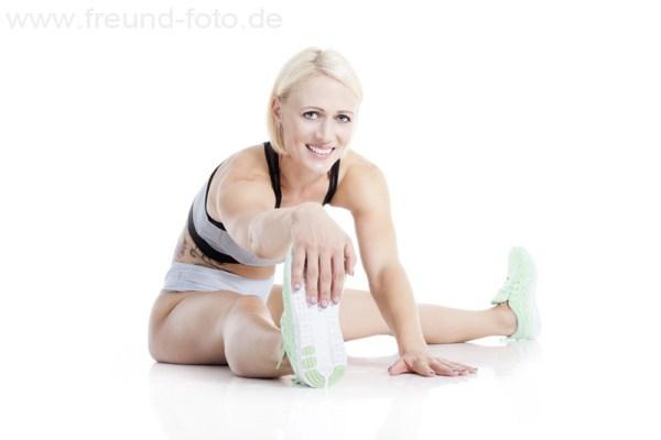 Sportliche junge Frau im Fotostudio