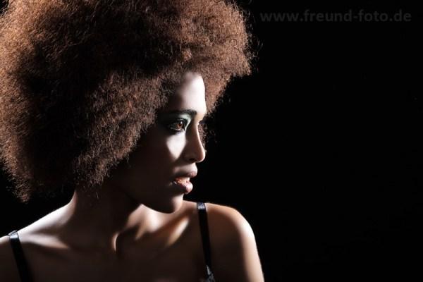 Afroamerikanerin im Fotostudio
