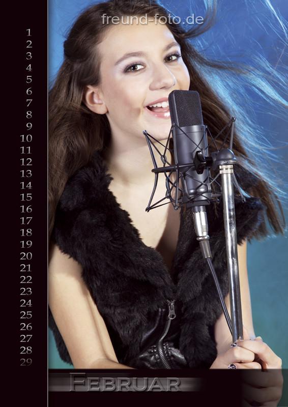 Kalender mit einer Frau im Tonstudio