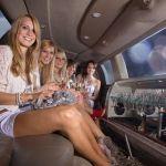 Junggesellenabschieds Feier, Viele Mädels machen Party in Stretch Limo