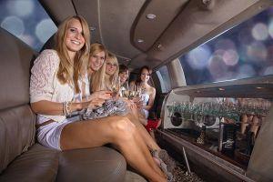 Junggesellenabschied Feier, Viele Mädels machen Party in Stretch Limo