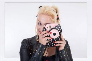 Junge Frau mit Kamera beim Fotoshooting