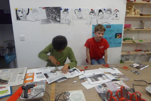 DIY_Bilderrahmen_Kunst_Papier_Zeitschriften_Recycling_basteln_Kinder_FRICKELclub_Offenbach_externe AG_Erasmus (5)