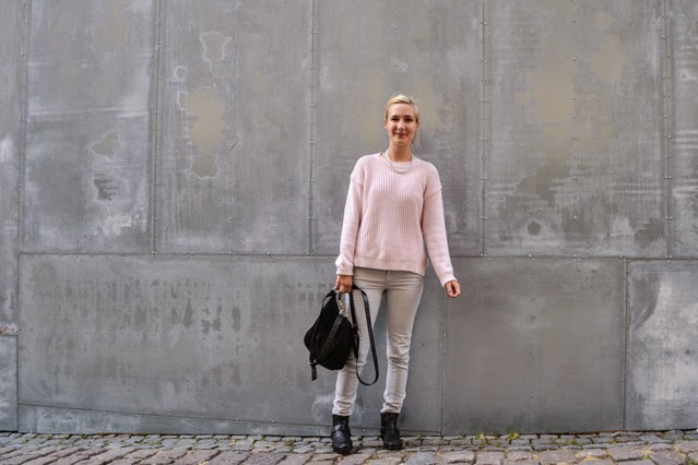 outfit pink jumper grey jeans